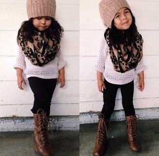 Wie kombinieren: weißer Pullover, schwarze Leggings, dunkelbraune Stiefel, beige Mütze