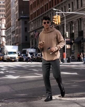 Herren Outfits 2021: Die Paarung aus einem beige Pullover mit einem Kapuze und einer dunkelgrauen vertikal gestreiften Chinohose ist eine komfortable Wahl, um Besorgungen in der Stadt zu erledigen. Fühlen Sie sich ideenreich? Entscheiden Sie sich für eine schwarze Wildlederfreizeitstiefel.