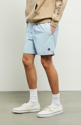 Frühling Outfits Herren 2020: Für ein bequemes Couch-Outfit, kombinieren Sie einen beige Pullover mit einem Kapuze mit hellblauen Sportshorts. Setzen Sie bei den Schuhen auf die klassische Variante mit hellbeige Segeltuch niedrigen Sneakers. Der Look ist mega für die Übergangszeit.