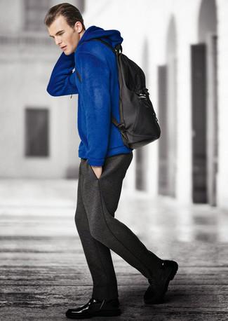 blauer Pullover mit einem Kapuze, dunkelgraue Jogginghose