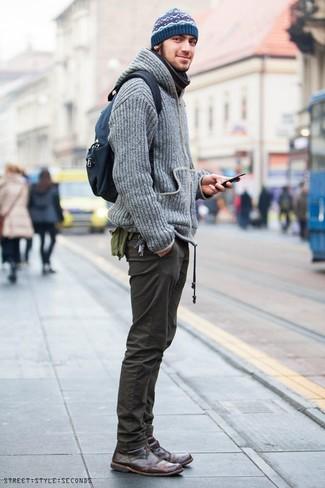 Wie kombinieren: grauer Strick Pullover mit einem Kapuze, olivgrüne Chinohose, dunkelbraune Chukka-Stiefel aus Leder, dunkelblauer Segeltuch Rucksack