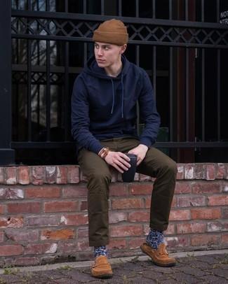 dunkelblauer Pullover mit einem Kapuze, dunkelbraune Chinohose, braune Wildleder Slipper, braune Mütze für Herren