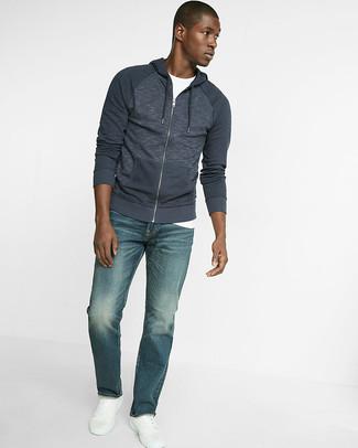 Wie kombinieren: dunkelblauer Pullover mit einem Kapuze, weißes T-Shirt mit einem Rundhalsausschnitt, blaue Jeans, weiße Leder niedrige Sneakers
