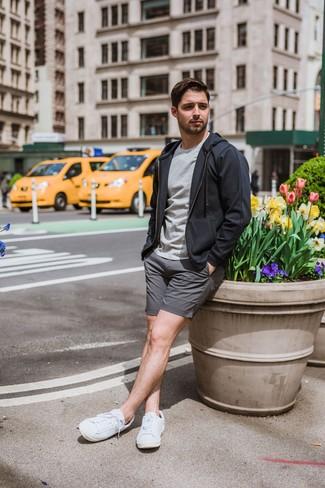 Wie kombinieren: dunkelgrauer Pullover mit einem Kapuze, graues T-Shirt mit einem Rundhalsausschnitt, graue Shorts, weiße niedrige Sneakers