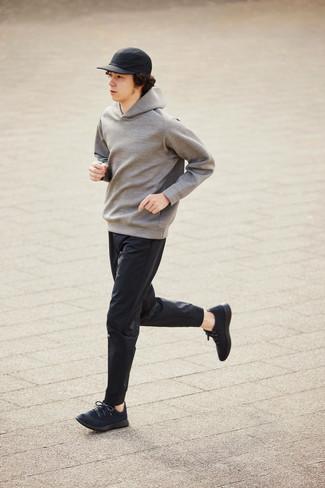 Schwarze Sportschuhe kombinieren – 500+ Herren Outfits: Vereinigen Sie einen grauen Pullover mit einem Kapuze mit einer schwarzen Chinohose für ein großartiges Wochenend-Outfit. Fühlen Sie sich ideenreich? Ergänzen Sie Ihr Outfit mit schwarzen Sportschuhen.