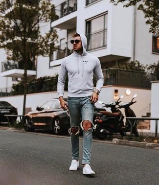 Grauen Pullover mit einem Kapuze kombinieren: Ein grauer Pullover mit einem Kapuze und hellblaue enge Jeans mit Destroyed-Effekten sind eine perfekte Outfit-Formel für Ihre Sammlung. Putzen Sie Ihr Outfit mit weißen niedrigen Sneakers.