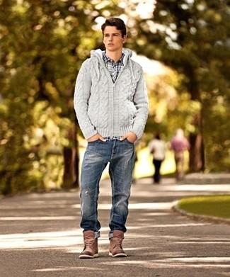 Wie kombinieren: grauer Strick Pullover mit einem Kapuze, weißes und dunkelblaues Langarmhemd mit Karomuster, dunkelblaue Jeans mit Destroyed-Effekten, braune Lederfreizeitstiefel