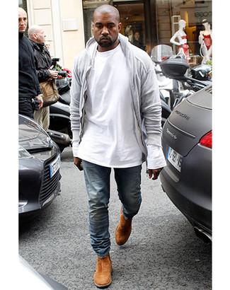 Wie kombinieren: grauer Pullover mit einem Kapuze, weißes Langarmshirt, blaue Jeans, rotbraune Chelsea-Stiefel aus Wildleder