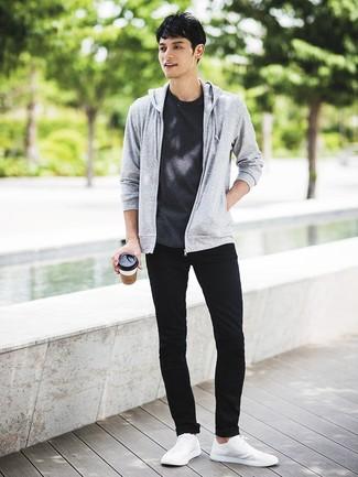 Wie kombinieren: grauer Pullover mit einem Kapuze, dunkelgraues T-Shirt mit einem Rundhalsausschnitt, schwarze enge Jeans, weiße niedrige Sneakers