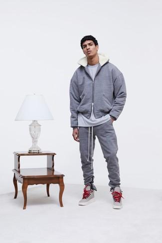 grauer Pullover mit einem Kapuze, graues T-Shirt mit einem Rundhalsausschnitt, graue Jogginghose, graue hohe Sneakers aus Leder für Herren