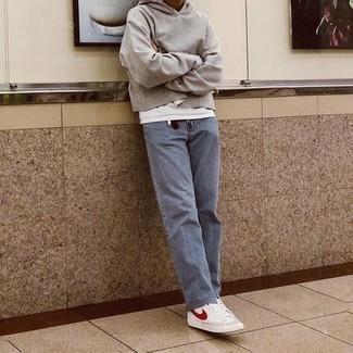 Herren Outfits & Modetrends 2020 für Frühling: Erwägen Sie das Tragen von einem grauen Pullover mit einem Kapuze und hellblauen Jeans für ein sonntägliches Mittagessen mit Freunden. Wählen Sie die legere Option mit weißen und roten hohen Sneakers aus Segeltuch. Dieses Outfit eignet sich sehr gut für die Übergangszeit.