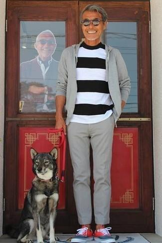 Wie kombinieren: grauer Pullover mit einem Kapuze, weißes und schwarzes horizontal gestreiftes T-Shirt mit einem Rundhalsausschnitt, graue Wollanzughose, rote niedrige Sneakers