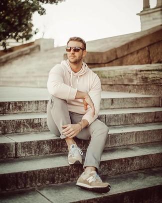 Wie kombinieren: hellbeige Pullover mit einem Kapuze, graue Chinohose, beige Wildleder Sportschuhe, dunkelbraune Sonnenbrille