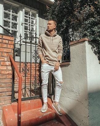 Hellbeige Pullover mit einem Kapuze kombinieren – 92 Herren Outfits: Kombinieren Sie einen hellbeige Pullover mit einem Kapuze mit weißen engen Jeans mit Destroyed-Effekten für einen entspannten Wochenend-Look. Fühlen Sie sich ideenreich? Wählen Sie beige Wildleder niedrige Sneakers.