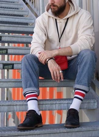 Wie kombinieren: weißer Pullover mit einem Kapuze, blaue Jeans, schwarze Leder Derby Schuhe, roter Brustbeutel