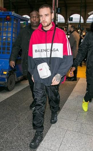 Wie kombinieren: roter und schwarzer Pullover mit einem Kapuze, schwarze Jogginghose, schwarze hohe Sneakers aus Leder, weiße Bauchtasche