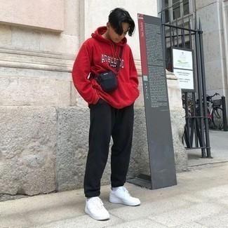 Schwarze Jogginghose kombinieren: lässige Outfits: trends 2020: Kombinieren Sie einen roten bedruckten Pullover mit einem Kapuze mit einer schwarzen Jogginghose für einen entspannten Wochenend-Look. Heben Sie dieses Ensemble mit weißen Leder niedrigen Sneakers hervor.