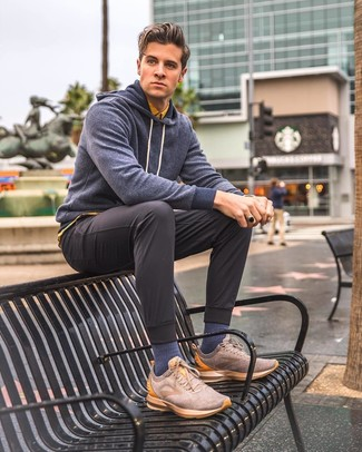Wie kombinieren: dunkelblauer Pullover mit einem Kapuze, gelbes Kurzarmhemd, dunkelgraue Chinohose, braune Segeltuch niedrige Sneakers