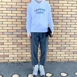 Weißes und dunkelblaues vertikal gestreiftes Kurzarmhemd kombinieren – 97 Herren Outfits: Kombinieren Sie ein weißes und dunkelblaues vertikal gestreiftes Kurzarmhemd mit einer dunkelgrauen Wollchinohose für ein sonntägliches Mittagessen mit Freunden. Fühlen Sie sich ideenreich? Vervollständigen Sie Ihr Outfit mit grauen Sportschuhen.