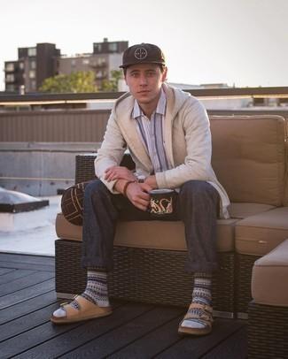 Graue Socken mit Norwegermuster kombinieren – 5 Herren Outfits: Kombinieren Sie einen hellbeige Pullover mit einem Kapuze mit grauen Socken mit Norwegermuster für einen entspannten Wochenend-Look. Fühlen Sie sich ideenreich? Wählen Sie beige Ledersandalen.