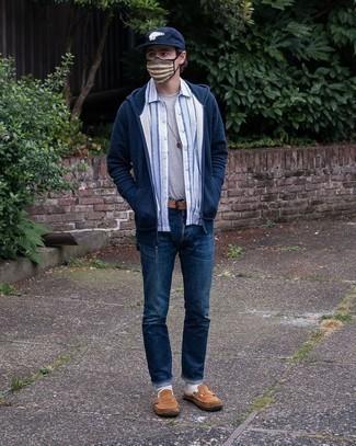 Braune Wildleder Slipper kombinieren – 500+ Herren Outfits: Vereinigen Sie einen dunkelblauen Pullover mit einem Kapuze mit dunkelblauen Jeans, um mühelos alles zu meistern, was auch immer der Tag bringen mag. Wählen Sie braunen Wildleder Slipper, um Ihr Modebewusstsein zu zeigen.