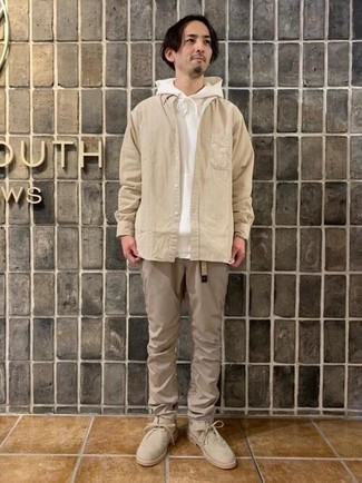 Hellbeige Segeltuchgürtel kombinieren – 123 Herren Outfits: Ein weißer Pullover mit einem Kapuze und ein hellbeige Segeltuchgürtel vermitteln eine sorglose und entspannte Atmosphäre. Setzen Sie bei den Schuhen auf die klassische Variante mit hellbeige Chukka-Stiefeln aus Wildleder.