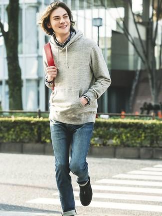 Wie kombinieren: grauer Pullover mit einem Kapuze, dunkelblaues Langarmhemd mit Schottenmuster, blaue Jeans, schwarze niedrige Sneakers