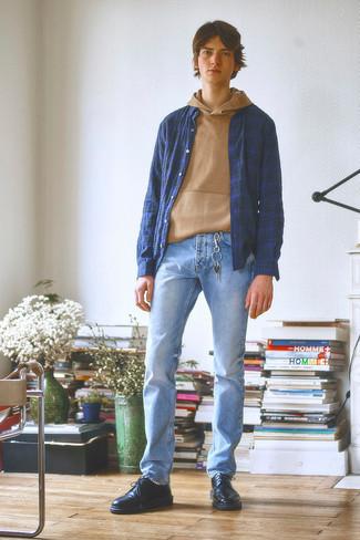 Teenager: Outfits Herren 2020: Vereinigen Sie einen beige Pullover mit einem Kapuze mit hellblauen Jeans für ein bequemes Outfit, das außerdem gut zusammen passt. Fühlen Sie sich ideenreich? Ergänzen Sie Ihr Outfit mit schwarzen Leder Derby Schuhen.