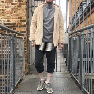 Wie kombinieren: beige Fleece-Pullover mit einem Kapuze, graues Langarmhemd, hellbeige horizontal gestreiftes T-Shirt mit einem Rundhalsausschnitt, schwarze Jogginghose