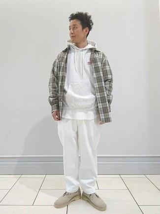 Grauen Pullover mit einem Kapuze kombinieren – 616+ Herren Outfits: Kombinieren Sie einen grauen Pullover mit einem Kapuze mit einer weißen Chinohose für einen bequemen Alltags-Look. Putzen Sie Ihr Outfit mit hellbeige Chukka-Stiefeln aus Wildleder.