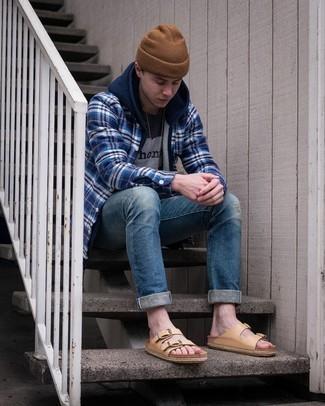 Schwarzes bedrucktes T-Shirt mit einem Rundhalsausschnitt kombinieren – 447 Herren Outfits: Tragen Sie ein schwarzes bedrucktes T-Shirt mit einem Rundhalsausschnitt und blauen Jeans mit Destroyed-Effekten für einen entspannten Wochenend-Look. Suchen Sie nach leichtem Schuhwerk? Ergänzen Sie Ihr Outfit mit beige Ledersandalen für den Tag.