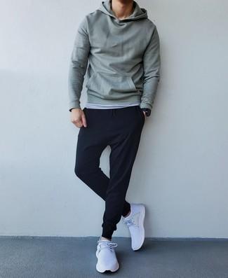 Weiße Sportschuhe kombinieren – 500+ Herren Outfits: Tragen Sie einen mintgrünen Pullover mit einem Kapuze und eine schwarze Jogginghose für einen entspannten Wochenend-Look. Ergänzen Sie Ihr Look mit weißen Sportschuhen.