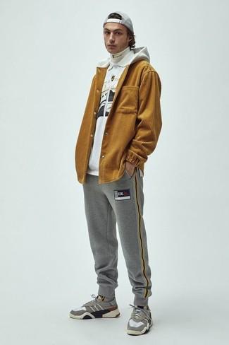 Wie kombinieren: senf Pullover mit einem Kapuze, weißer Rollkragenpullover, weißes und schwarzes bedrucktes Polohemd, graue Jogginghose