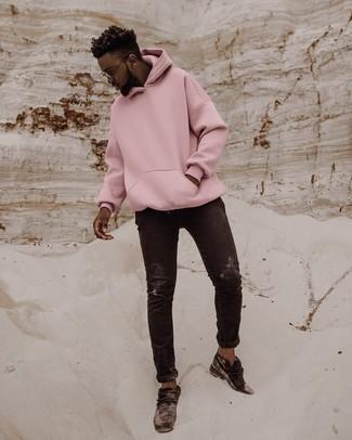 Schwarze Jeans kombinieren – 500+ Herren Outfits: Vereinigen Sie einen rosa Pullover mit einem Kapuze mit schwarzen Jeans für ein sonntägliches Mittagessen mit Freunden. Fühlen Sie sich mutig? Entscheiden Sie sich für schwarzen Chukka-Stiefel aus Wildleder.