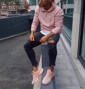 Wie kombinieren: rosa Pullover mit einem Kapuze, weißes T-Shirt mit einem Rundhalsausschnitt, schwarze enge Jeans mit Destroyed-Effekten, rosa Sportschuhe