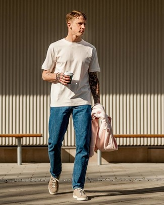 Wie kombinieren: rosa Pullover mit einem Kapuze, weißes T-Shirt mit einem Rundhalsausschnitt, blaue Jeans, hellbeige Wildleder niedrige Sneakers