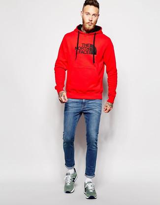 Wie kombinieren: roter bedruckter Pullover mit einem Kapuze, blaue enge Jeans, grüne Wildleder niedrige Sneakers, weiße Socke