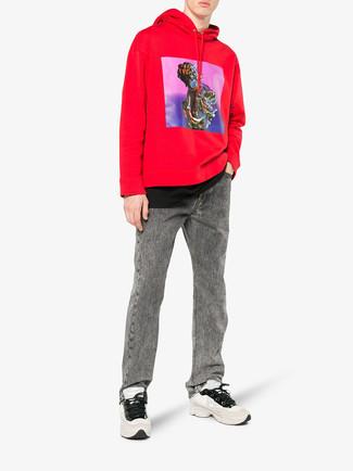 Wie kombinieren: roter bedruckter Pullover mit einem Kapuze, schwarzes T-Shirt mit einem Rundhalsausschnitt, graue Jeans, hellbeige Sportschuhe