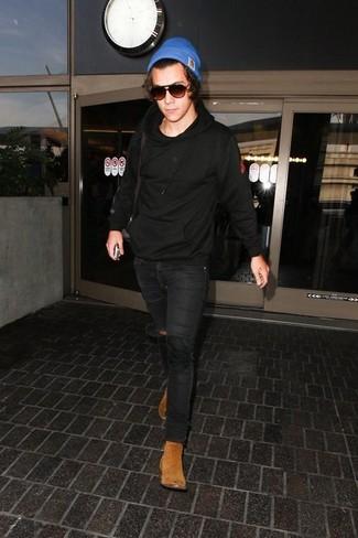 Wie kombinieren: schwarzer Pullover mit einem Kapuze, schwarze enge Jeans, beige Chelsea-Stiefel aus Wildleder, blaue Mütze