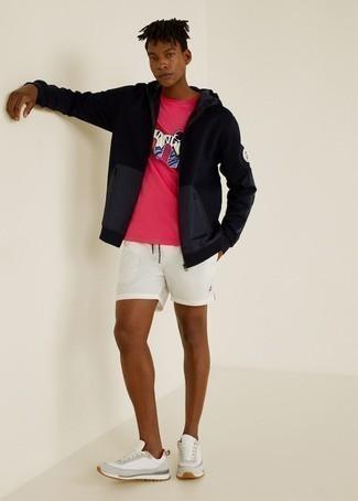 Weiße Sportshorts kombinieren – 28 Herren Outfits: Tragen Sie einen schwarzen Pullover mit einem Kapuze und weißen Sportshorts für einen entspannten Wochenend-Look. Weiße Sportschuhe sind eine gute Wahl, um dieses Outfit zu vervollständigen.