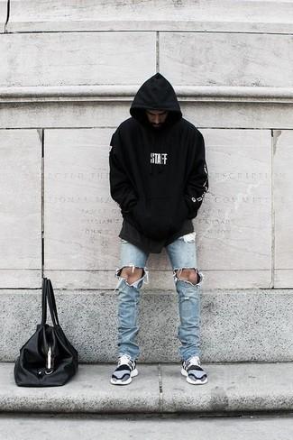 Wie kombinieren: schwarzer und weißer bedruckter Pullover mit einem Kapuze, hellblaue enge Jeans mit Destroyed-Effekten, graue Sportschuhe, schwarze Shopper Tasche aus Leder