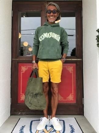Gelbgrüne Shorts kombinieren – 56 Herren Outfits: Kombinieren Sie einen dunkelgrünen bedruckten Pullover mit einem Kapuze mit gelbgrünen Shorts für einen entspannten Wochenend-Look. Hellbeige Segeltuch niedrige Sneakers sind eine kluge Wahl, um dieses Outfit zu vervollständigen.