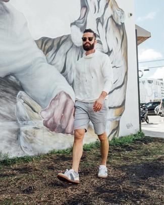 Weißen Pullover mit einem Kapuze kombinieren – 127 Herren Outfits: Die Vielseitigkeit von einem weißen Pullover mit einem Kapuze und grauen Shorts machen sie zu einer lohnenswerten Investition. Weiße und blaue Segeltuch niedrige Sneakers sind eine perfekte Wahl, um dieses Outfit zu vervollständigen.