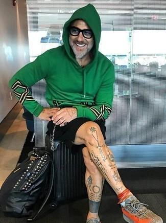 Weiße Sneakersocken kombinieren: trends 2020: Für ein bequemes Couch-Outfit, vereinigen Sie einen grünen bedruckten Pullover mit einem Kapuze mit weißen Sneakersocken. Schalten Sie Ihren Kleidungsbestienmodus an und machen grauen Sportschuhe zu Ihrer Schuhwerkwahl.