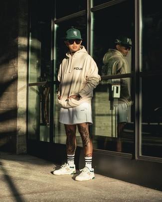 Weiße Sportshorts kombinieren – 28 Herren Outfits: Ein hellbeige bedruckter Pullover mit einem Kapuze und weiße Sportshorts sind eine ideale Outfit-Formel für Ihre Sammlung. Heben Sie dieses Ensemble mit weißen bedruckten Leder niedrigen Sneakers hervor.