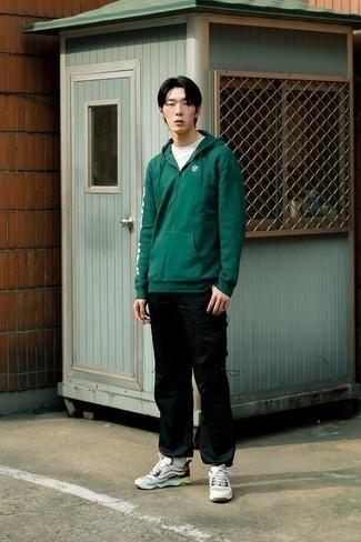 Mehrfarbige Sportschuhe kombinieren: trends 2020: Tragen Sie einen dunkelgrünen Pullover mit einem Kapuze und eine schwarze Cargohose für einen entspannten Wochenend-Look. Mehrfarbige Sportschuhe liefern einen wunderschönen Kontrast zu dem Rest des Looks.
