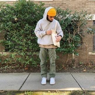 Mütze kombinieren – 1200+ Herren Outfits: Kombinieren Sie einen weißen Pullover mit einem Kapuze mit einer Mütze für einen entspannten Wochenend-Look. Machen Sie Ihr Outfit mit weißen Segeltuch niedrigen Sneakers eleganter.