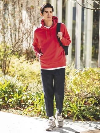 Wie kombinieren: roter Pullover mit einem Kapuze, weißes T-Shirt mit einem Rundhalsausschnitt, dunkelgraue Chinohose, graue Sportschuhe