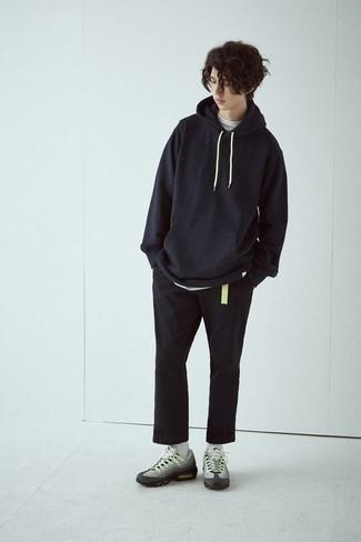 Wie schwarzen Pullover mit einem Kapuze mit grauer Sportschuhe zu kombinieren – 14 Herren Outfits: Kombinieren Sie einen schwarzen Pullover mit einem Kapuze mit einer schwarzen Chinohose für ein Alltagsoutfit, das Charakter und Persönlichkeit ausstrahlt. Fühlen Sie sich mutig? Ergänzen Sie Ihr Outfit mit grauen Sportschuhen.