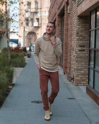 Hellbeige Pullover mit einem Kapuze kombinieren – 92 Herren Outfits: Tragen Sie einen hellbeige Pullover mit einem Kapuze und eine braune Chinohose für ein großartiges Wochenend-Outfit. Hellbeige hohe Sneakers aus Segeltuch liefern einen wunderschönen Kontrast zu dem Rest des Looks.